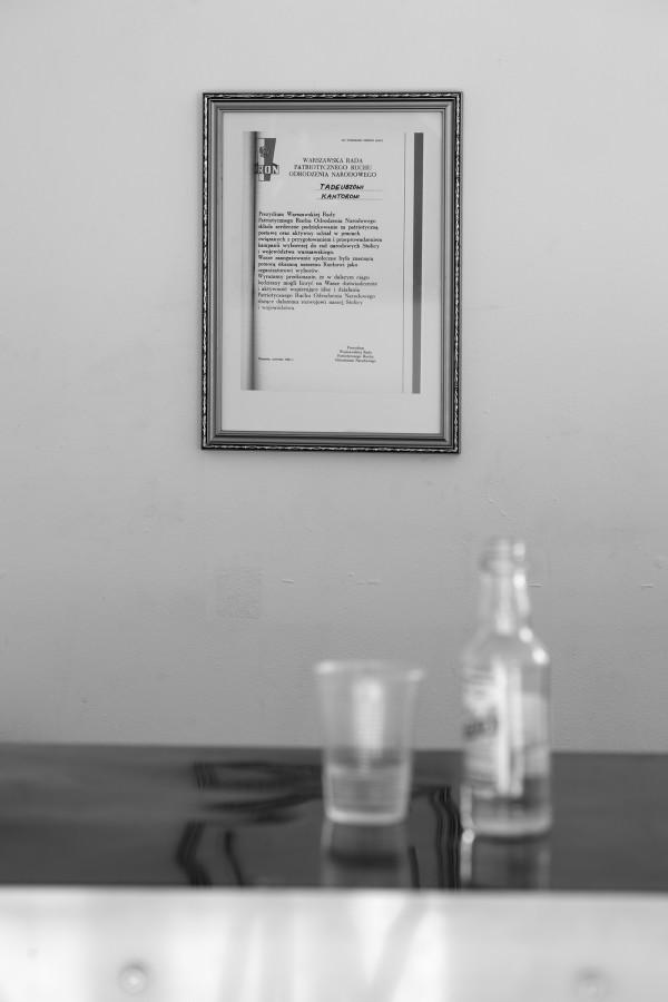 """Jacek Kryszkowski, Odznaczenie PRON-u dla Tadeusza Kantora, 1985, wystawa """"Trzeba zalać dużo taśm magnetofonowych w gipsie"""", Goldex Poldex, Kraków, 2012, fot. Daniel Rumiancew"""