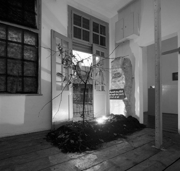 """Jacek Kryszkowski, Nagrobek Bakunina, 1990, wystawa """"Trzeba zalać dużo taśm magnetofonowych w gipsie"""", Goldex Poldex, Kraków, 2012, fot. Daniel Rumiancew"""