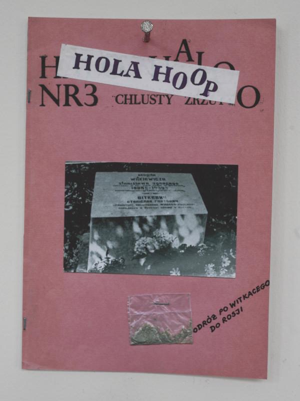 """Jacek Kryszkowski, okładka """"Hola Hoop"""", 1985, wystawa """"Trzebazalaćdużotaśmmagnetofonowychwgipsie"""", Goldex Poldex, Kraków, 2012, fot. Daniel Rumiancew"""